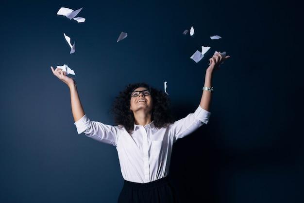 Девушка офисный работник рвет бумажные документы увольнение менеджера из компании