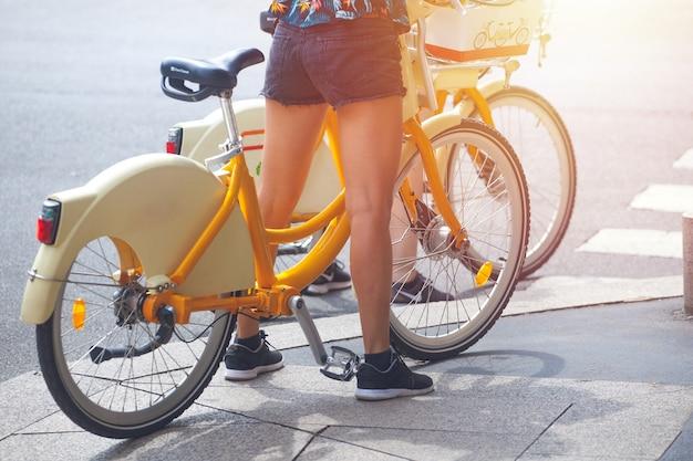 Девушка на городском велосипеде на перекрестке улиц, милан, италия.