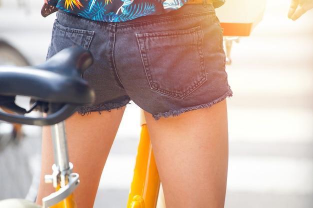 Девушка на городском велосипеде на перекрестке улиц