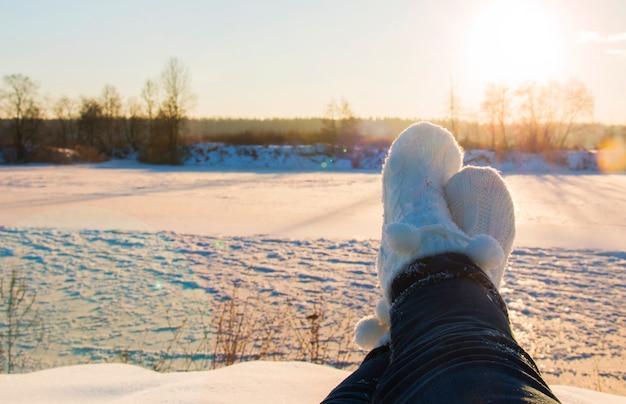 Девушка на холме во время праздников, ноги в белых носках на фоне солнечного света