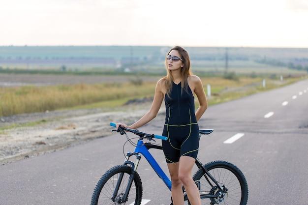 도로에서 산악 자전거를 탄 소녀