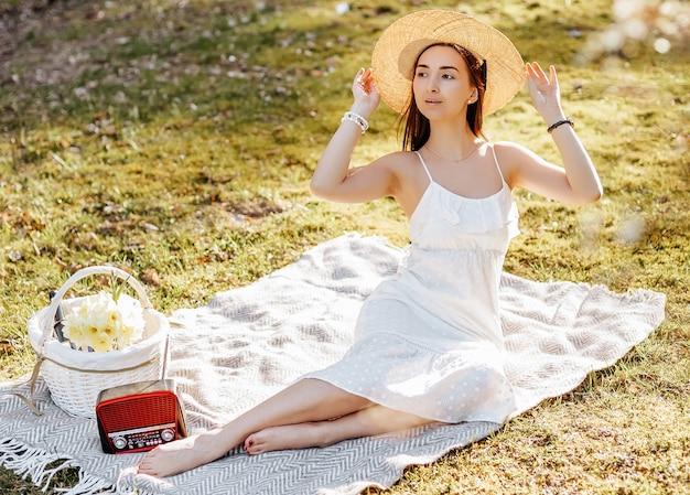 공원에서 봄에 밀짚 모자 피크닉에 소녀
