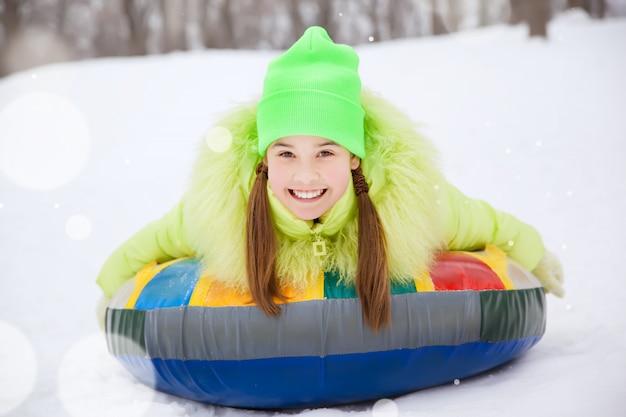 Девушка на снегу зимой