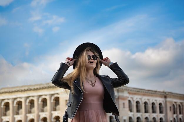 ヨーロッパの古代都市を旅する少女