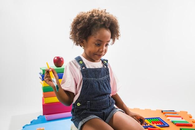 Девушка на игровом коврике с кистью в студии