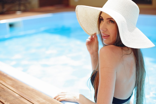 Девушка на летней вечеринке в бассейне