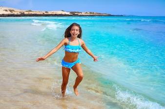 カナリア諸島のビーチフェルテベントゥラ島の女の子