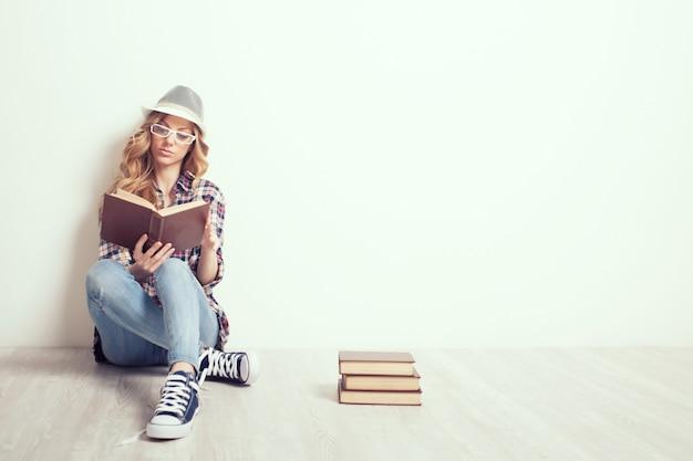 책과 함께 바닥에 소녀