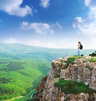 山の頂上にいる女の子