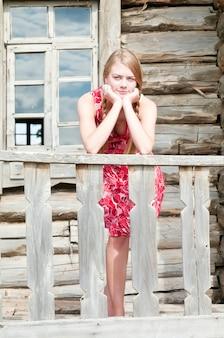오래 된 목조 주택 현관에 소녀