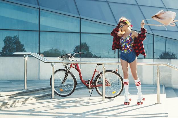 市内のローラースケートの女の子