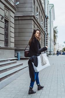 유럽 도시의 거리에 소녀