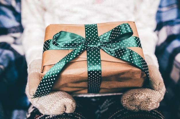 Девушка открывает замечательный винтажный подарок