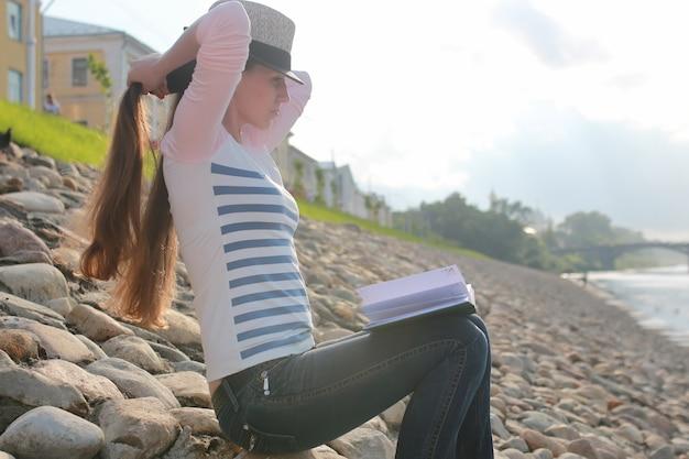 소녀 야외 읽기 책 돌 강