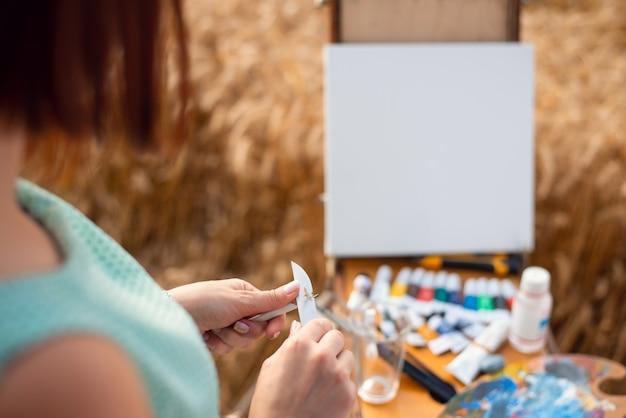 그림을 그리기 전에 연필을 갈고 있는 소녀 화가