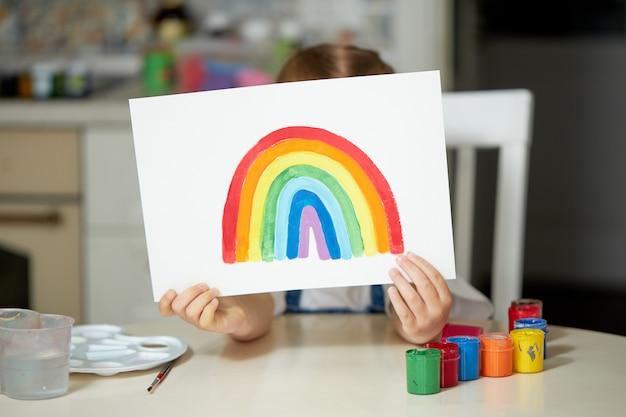 家で虹を描く少女