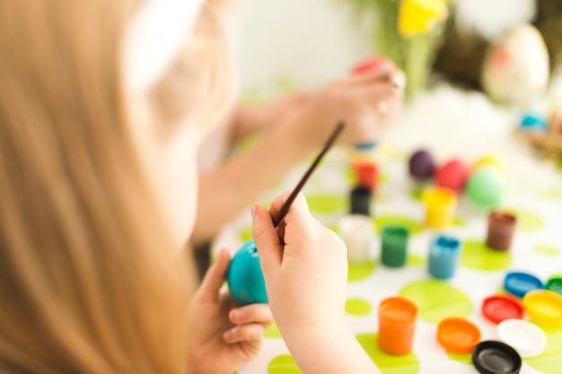 Девушка живопись яйцо с матерью