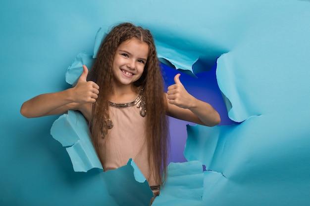 青い紙の穴から覗く女の子