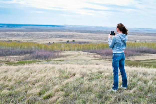 女の子が風景を撮影