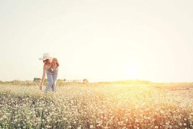 少女は、現場で花を摘み