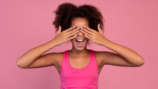 Ragazza in rosa che si copre gli occhi