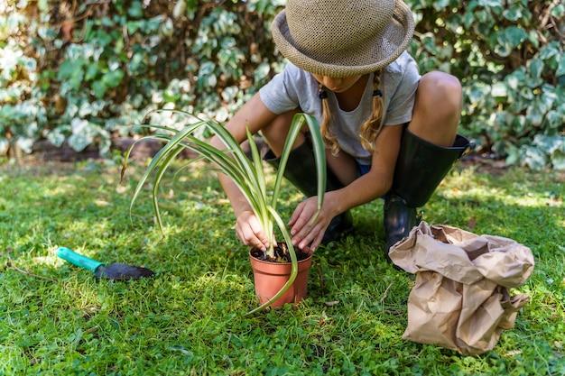 소녀는 정원에서 심기