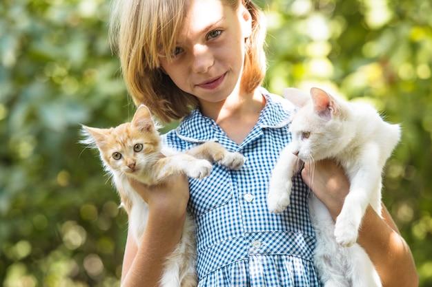 공원에서 야외 고양이와 소녀 놀이