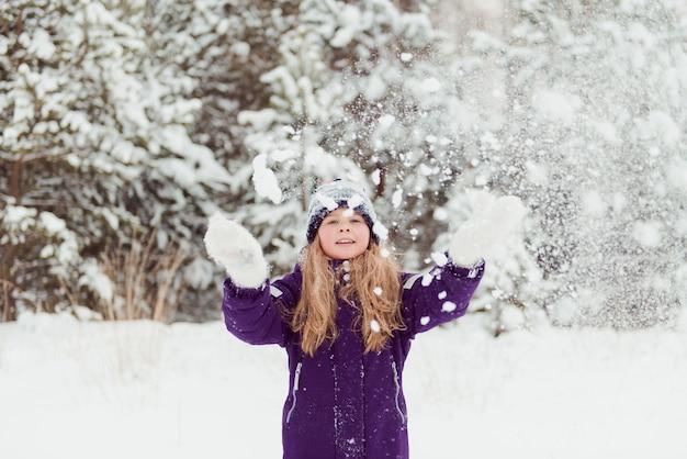 여자 눈 겨울 재미 야외 trowing 눈덩이 놀기