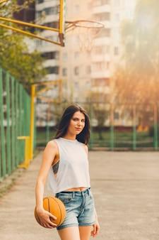 都市環境でバスケットボールをする女の子