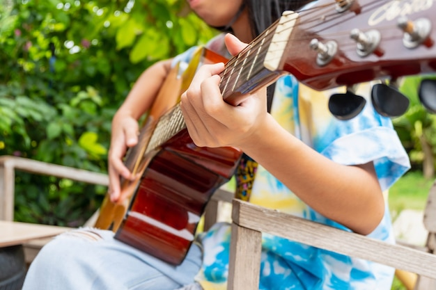 クラシックギターを弾く少女