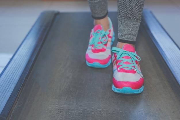 Девушка играет фитнес в тренажерном зале