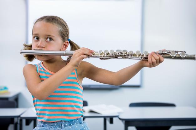 教室でフルートを演奏する女の子