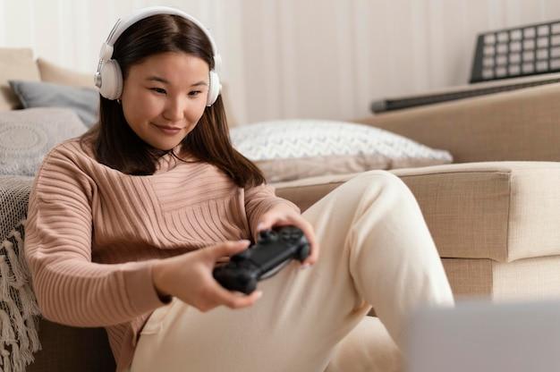 コントローラーでゲームをしている女の子