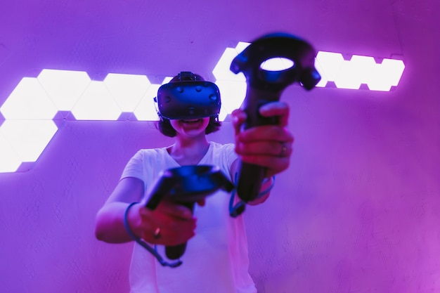 Девушка играет в игры в очках vr