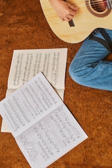 Ragazza che gioca chitarra a casa