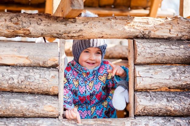 Девушка играет в деревянном доме