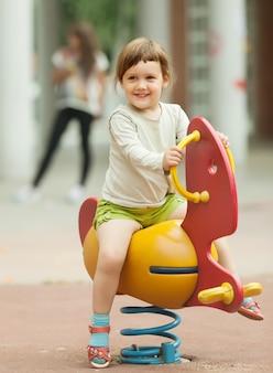 Девушка играет в зоне детской площадки