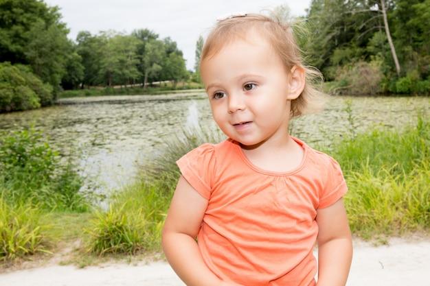 Девушка играет на солнце в парке сада летом