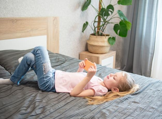 Девушка играет на смартфоне