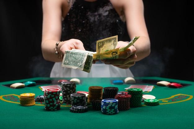 Девушка играет в покер и собирает свой выигрыш