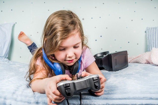 ビデオゲームをしている女の子