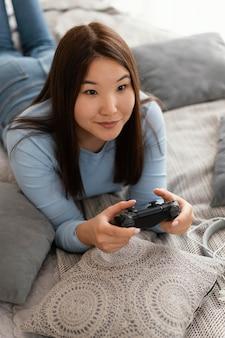 ビデオゲームのミディアムショットをしている女の子