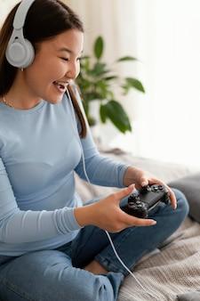 コントローラーでビデオゲームをしている女の子