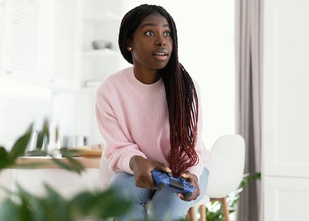 Девушка играет в видеоигры дома