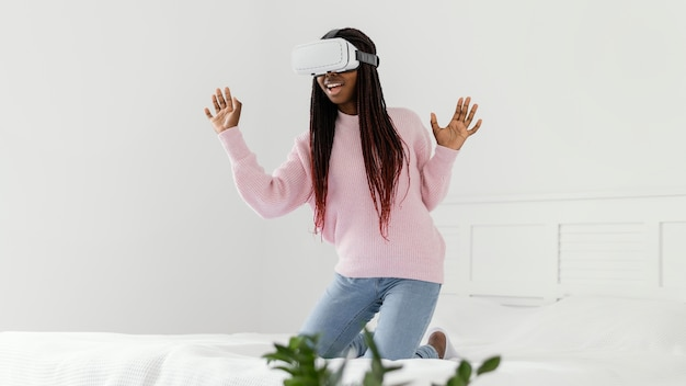 Девушка играет в видеоигры в очках vr