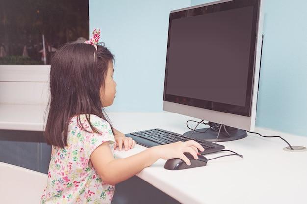 コンピュータで遊ぶ女の子