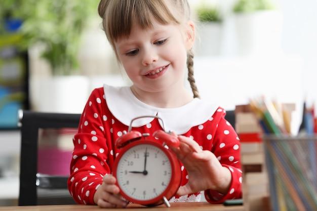 時計で遊ぶ女の子