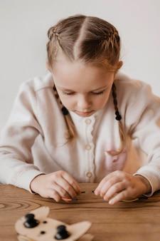 Девушка играет с электрическими проводами