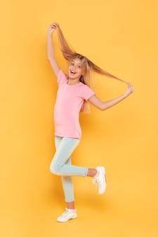 Девушка играет с ее волосами