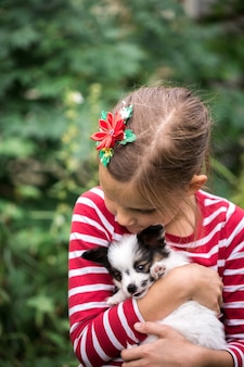잔디에 강아지와 함께 재생하는 여자